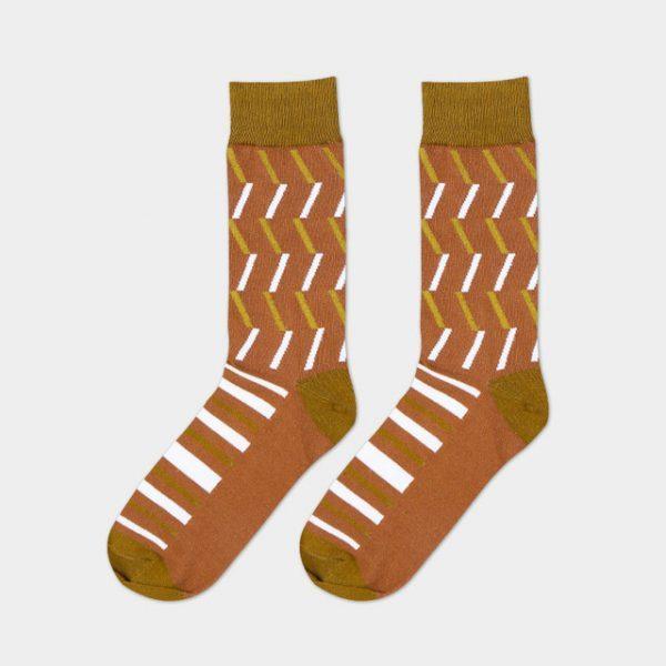 Носки коричневого оттенка с белыми диагональными линиям под деловой костюм